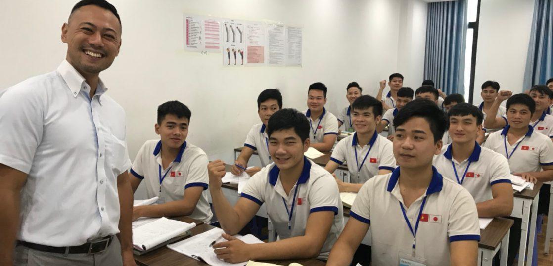ベトナム校舎での代表と勉学に励む学生たちとのワンショット